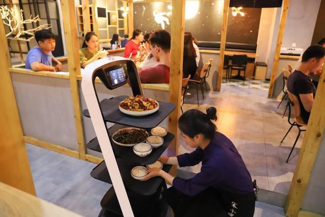 欢乐送送餐机器人