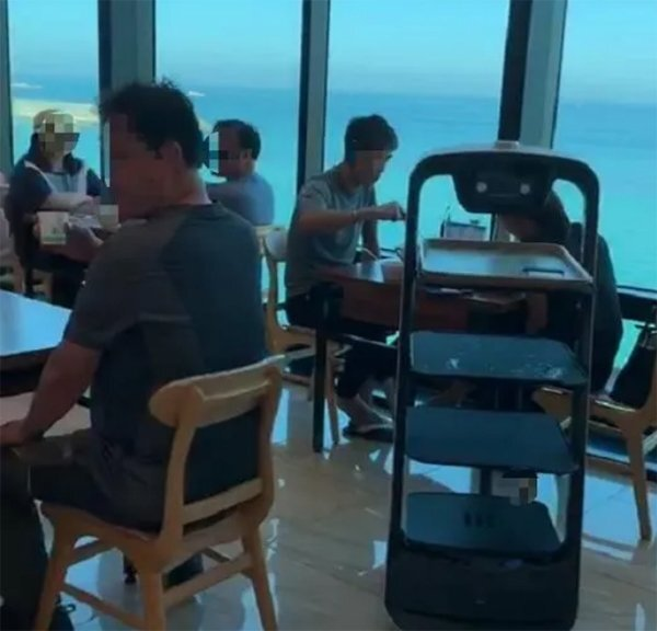 韩国束草网红餐厅送餐机器人