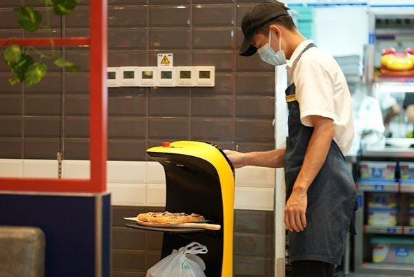 卢家妈妈餐厅送餐机器人